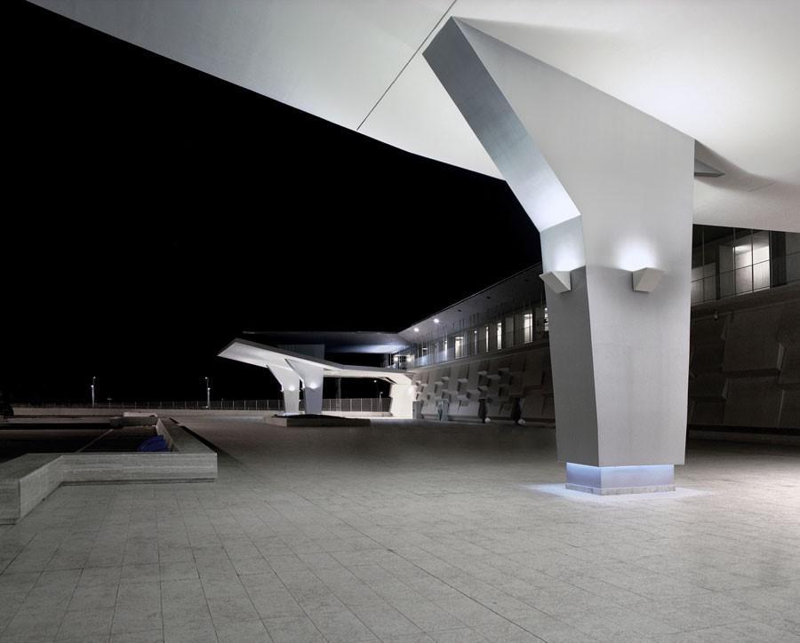 Εξωτερική κολόνα τσιμεντοσανίδας με κρυφούς φωτισμούς